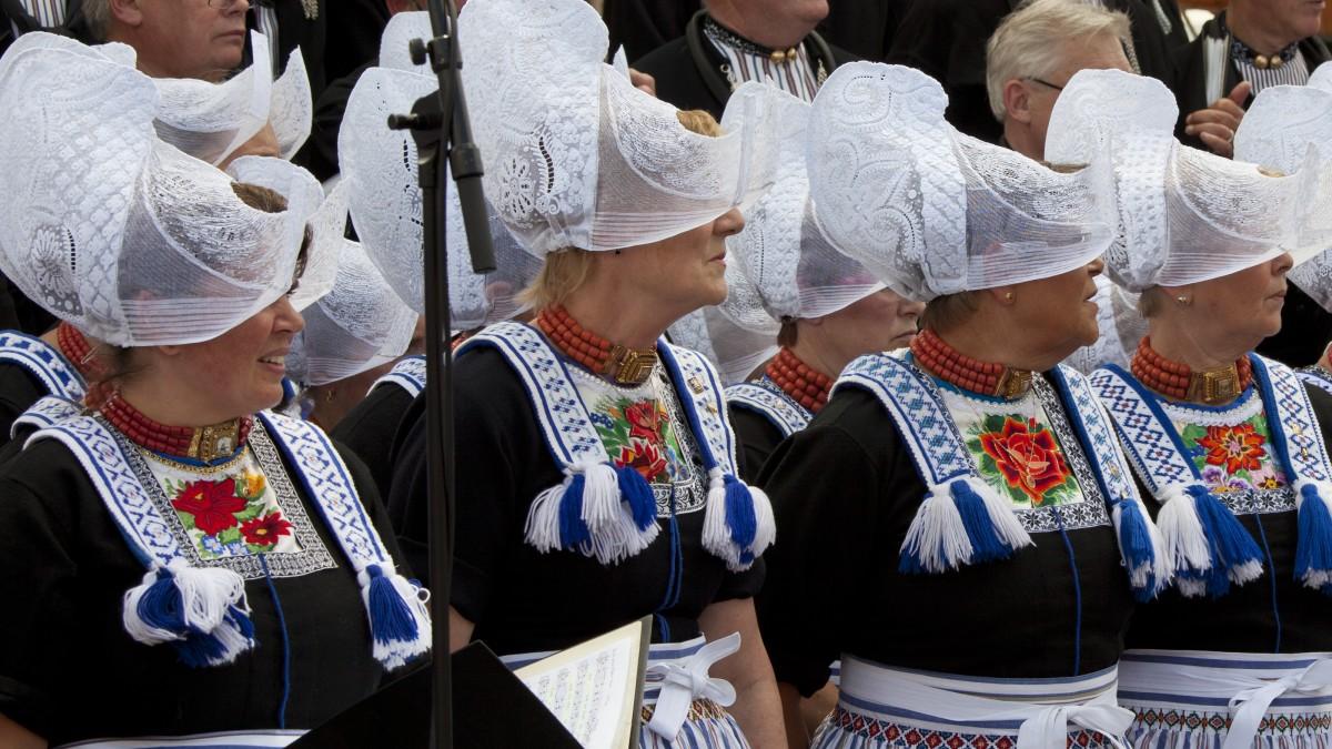 old-costume-fishermans-village-holland-the-netherlands-tour-dutch-matters-e1481203935565